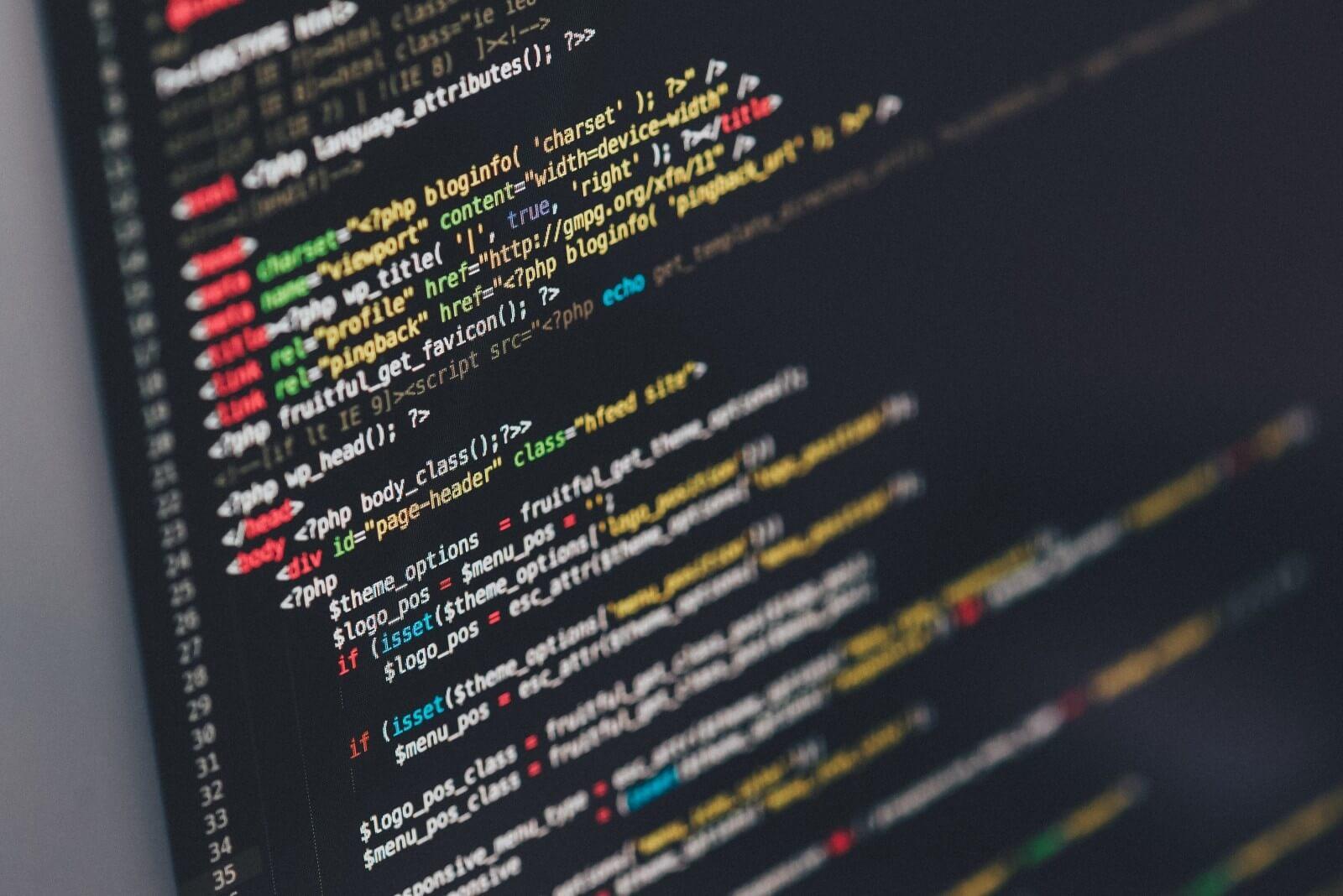 パソコンに書かれたコードの画像